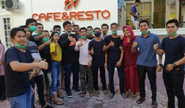 Ketua DPRD Kuansing Andi Putra  bersama kawula muda di sela peresmian DV Cafe & Resto di Teratak Air Hitam/IST