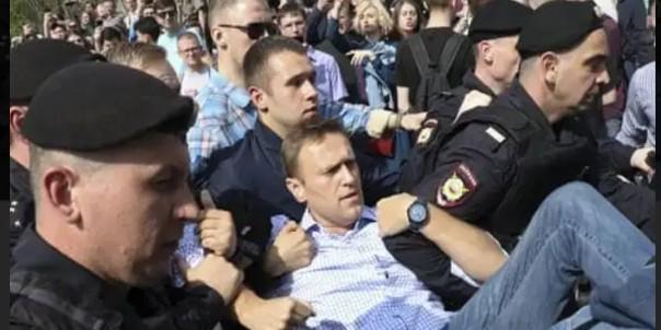 Alexei Navalny Yang ditangkap oleh petugas keamanan ketika melakukan demonstrasi beberapa waktu lalu.