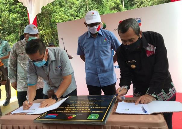 Gubernur Riau  H Syamsuar Msi  (kanan) dan GM Corporate Affairs Asset PT CPI mendatangani berita acara serah terima jembatan di Takuana di Tahura, Minas, Kamis (27/8/2020)s