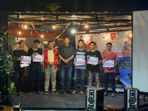 Ketua Pengcab Esports Indonesia (ESI) Kuansing Rocky Ramadani, SP foto bersama dengan para pemenang lomba/IST