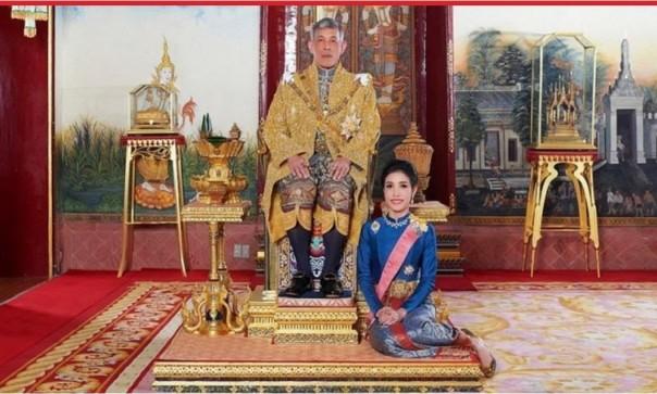 Raja Thailand Maha Vajiralongkorn mengembalikan gelar resmi permaisuri Sinnenat Wongvajirapakdi (Foto: reuters)