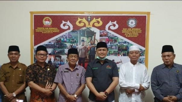 Balon Bupati dan Wakil Bupati Bengkalis Abi Bahrun Herman dan rombongan saat mengunjungi ketua DPH LAMR Kabupaten Bengkalis Sofyan Said dan jajaran belum lama ini.