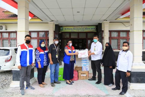 Legal and Relation Assistant Manager Pertamina EP Asset 1 Lirik Field Turjasari menyerahkan bantuan peralatan medis kepada Camat Koto Gasib Diky Sofyan
