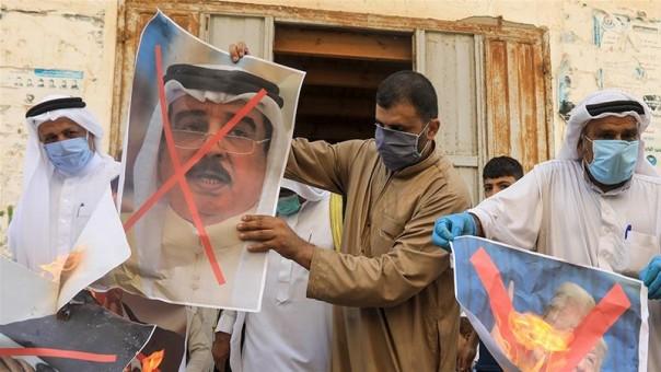 Orang-orang Palestina membakar potret raja Bahrain, presiden AS dan PM Israel selama protes di Deir al-Balah di Jalur Gaza tengah (FOTO/AFP)