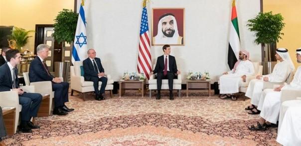 Penasihat Keamanan Nasional Israel Meir Ben-Shabbat, penasihat senior presiden AS Jared Kushner, dan Penasihat Keamanan Nasional UEA Sheikh Tahnoun bin Zayed Al Nahyan mengadakan pertemuan di Abu Dhabi [Foto/reuters)