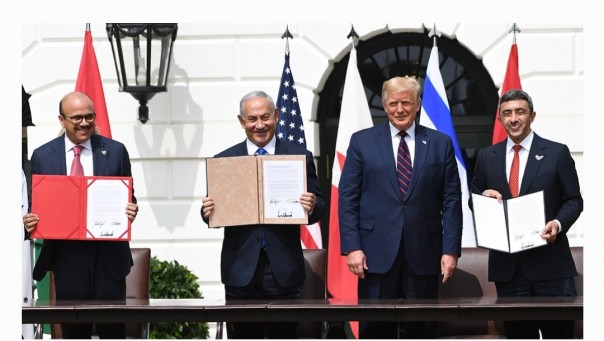Bahrain Foreign Minister Abdullatif Al Zayani, Israeli Prime Minister Benjamin Netanyahu, US President Donald Trump, and UAE Foreign Minister Abdullah bin Zayed Al Nahyan participate in the signing of the Abraham Accords on Tuesday [Foto/AFP]