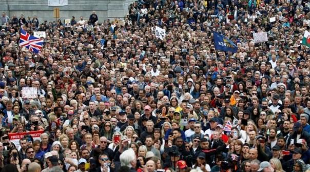 Para pengunjuk rasa berdemonstrasi menentang penguncian dan penggunaan masker wajah bulan lalu di Inggris Raya di tengah pandemi virus korona
