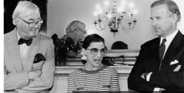 Ginsburg bersama Senator Daniel Moynihan (kiri) dan Joe Biden pada 1993