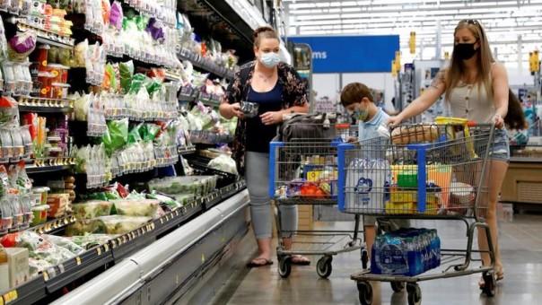Konsumen terlihat mengenakan masker saat berbelanja di toko Walmart di Bradford, Pennsylvania pada bulan Juli. (Foto/Reuters)