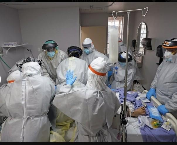 Pada 6 Juli 2020 ini, file foto, Dr. Joseph Varon, kanan, memimpin tim saat mereka mencoba menyelamatkan nyawa pasien yang gagal di dalam Unit Coronavirus di United Memorial Medical Center, Senin, 6 Juli 2020, di Houston. Korban tewas AS akibat virus korona mencapai 200.000 pada Selasa, 22 September, angka yang tak terbayangkan delapan bulan lalu ketika momok pertama kali mencapai negara terkaya di dunia dengan laboratorium gemerlap, ilmuwan papan atas dan persediaan obat-obatan dan persediaan darurat yang menjulang tinggi. (Foto AP )