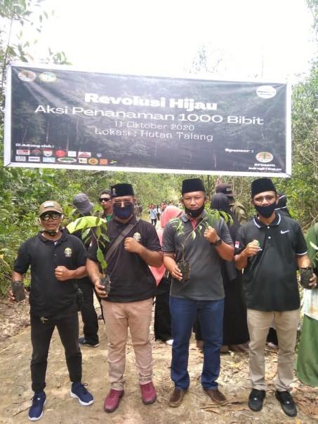 Ketua Polisi Adat Kawasan, Panglimo Muhammad Soim  (dua dari kiri) Ketua Ecology Club  Chevron Rahmat Khaidir (paling kiri) saat mengikuti kegiatan penanaan pohin sempena Hari Habitat Sedunia/IST