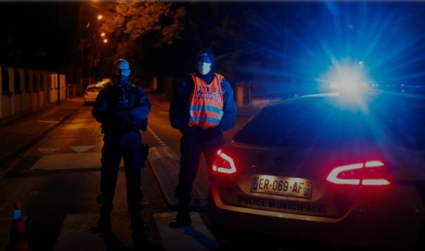Insiden itu terjadi di pinggiran kota Conflans Sainte-Honorine Paris.