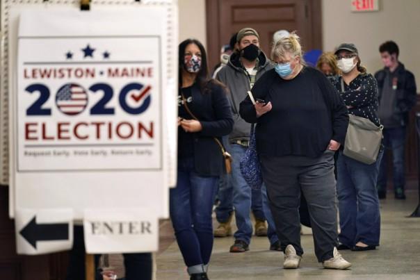 Penduduk di Anchorage, Alaska, mengambil bagian dalam pemungutan suara awal di sebuah mal di kota terbesar Alaska pada hari Jumat, 30 Oktober 2020. (FOTO/AP)