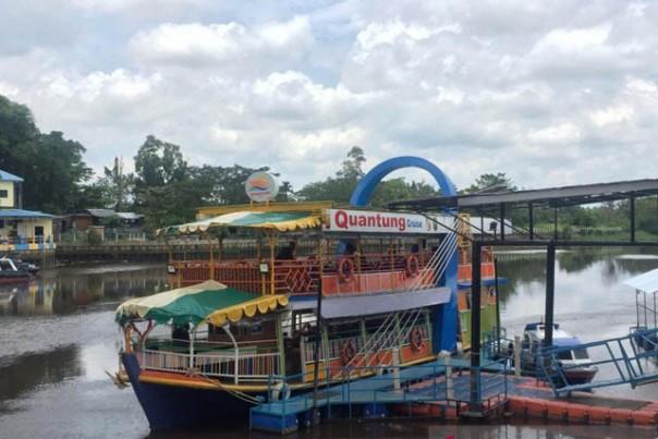 Quantung Cruise atau Restoran terapung beroperasi menyusur aliran sungai Siak di Kota Pekanbarui./ant