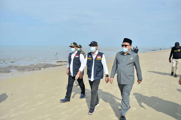 Syamsuar saat meninjau Pantai Pulau Rupat/ist
