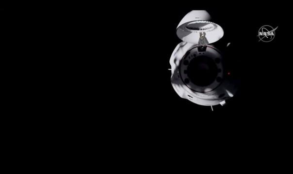 Dalam cuplikan gambar dari NASA TV ini, Naga SpaceX terlihat setelah berlabuh di Stasiun Luar Angkasa Internasional, Senin malam, 16 November 2020. (NASA TV via AP)