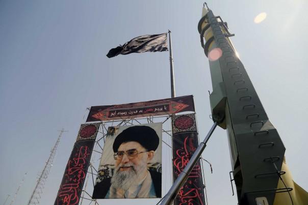 Sebuah pajangan di Teheran bulan lalu untuk menandai peringatan 8 tahun Perang Iran-Irak.(FOTO/Anadolu agency)