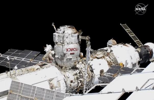Foto yang disediakan oleh NASA ini menunjukkan komandan astronot Rusia Sergey Ryzhikov, ditinggalkan dengan garis merah, dan Sergey Kud-Sverchkov di luar angkasa di luar Stasiun Luar Angkasa Internasional pada hari Rabu, 18 November 2020, saat mereka bersiap untuk kedatangan tahun depan yang panjang. -lab tertunda. (FOTO/NASA melalui AP)