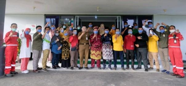 General Manager Pertamina RU II dengan Masyarakat Mitra Binaan CSR