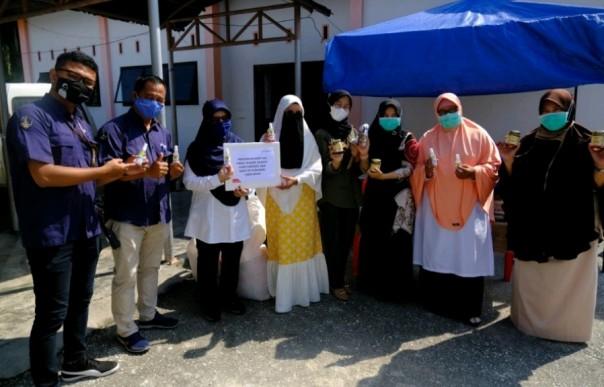 Penyerahan bantuan dari Pertamina RU II Sungai Pakning ke Puskesmas Lubuk Muda