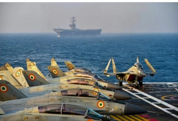 Foto selebaran ini menunjukkan jet tempur Angkatan Darat India di geladak kapal induk selama fase kedua latihan angkatan laut Malabar di laut Arab [Indian Navy / AFP]