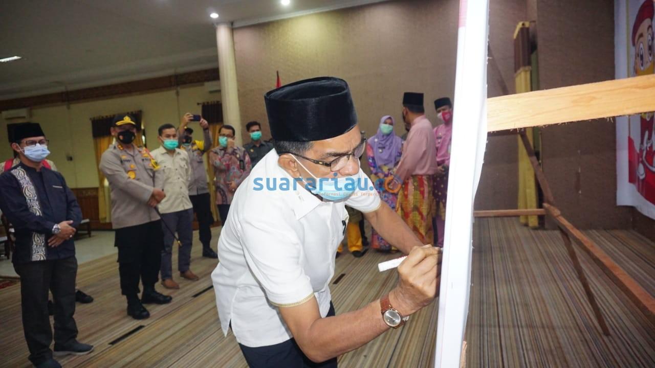 Kontestan Pilkada Siak Said Arif Fadillah menandatangani sepanduk deklarasi menolak politik uang