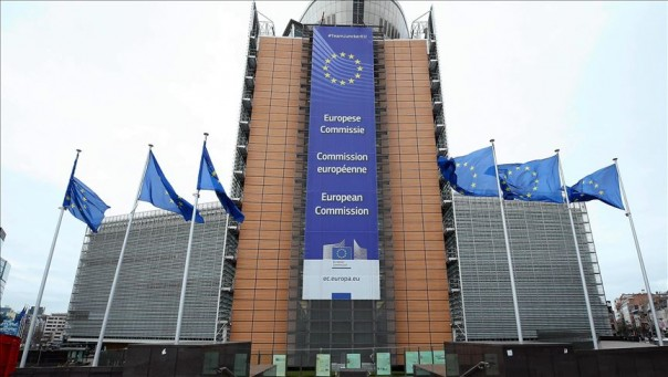 Bendera Uni Eropa berkibar di luar markas Komisi Eropa di Brussels. (gontornews)