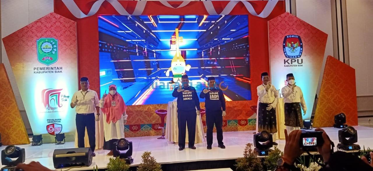 Dari Kanan, Pasngan Said Arif Fadillah-Sujarwo, Alfedri-Husni, Sayed-Reni pada acara debat kandidat Pilkada Siak