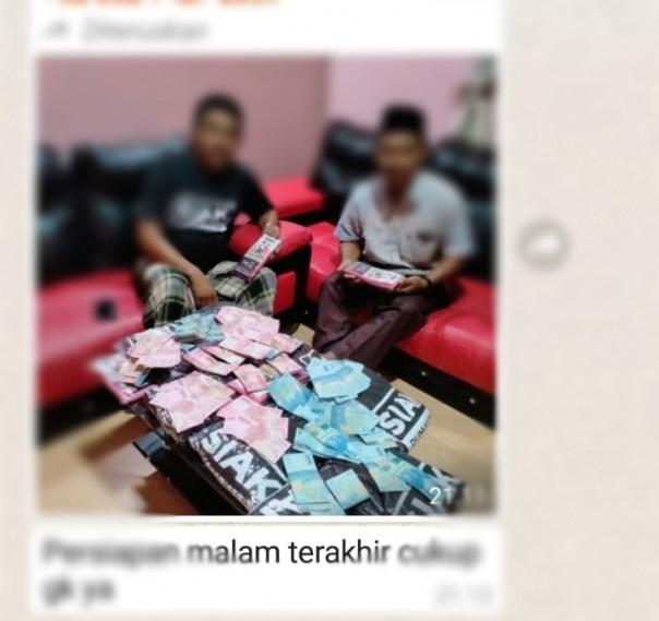 Dul Kodir dan tim SADAR foto pamer uang dan kaos 'SIAK UMAH KITA'