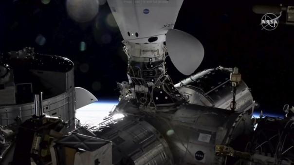 Dalam gambar yang diambil dari TV NASA, kapsul kargo Naga berlabuh di Stasiun Luar Angkasa Internasional, Senin, 7 Desember 2020, di samping kapsul kru Naga yang membawa astronot tiga minggu lalu. (NASA melalui AP)
