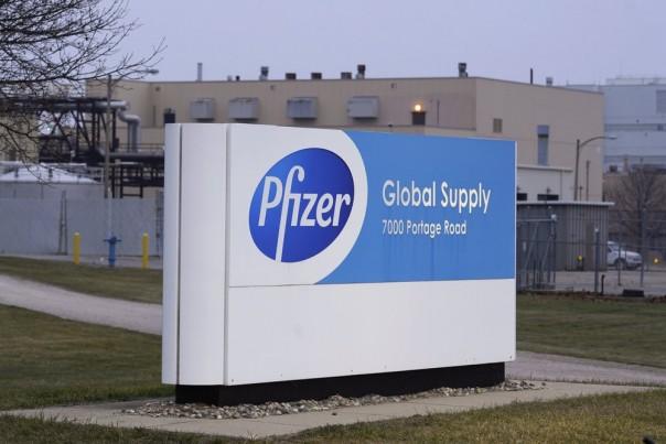 Pabrik Pfizer Global Supply Kalamazoo ditampilkan di Portage, Mich., Jumat, 11 Desember 2020. AS memberikan izin terakhir pada hari Jumat untuk vaksin COVID-19 pertama di negara itu, menandai apa yang bisa menjadi awal dari akhir wabah yang telah menewaskan hampir 300.000 orang Amerika. (Foto AP )