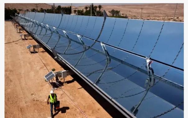 Seorang pekerja berjalan di samping cermin parabola di lokasi penelitian perusahaan tenaga surya Brenmiller Energy dekat Dimona.(Foto/JP)