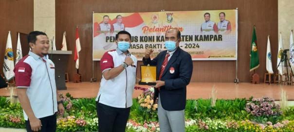Ketua Umum KONI Riau diwakili Ketua I Dastrayani Bibra usai melantik dan mengukuhkan Surya Darmawan sebagai Ketua Umum KONI Kampar/ist