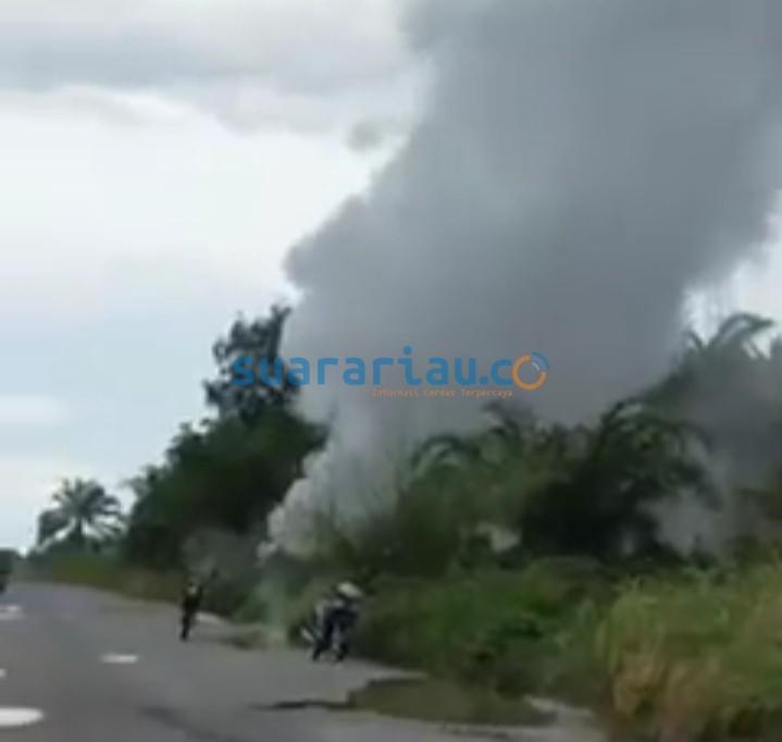Semburan keluar dari pipa minyak BOB di Kampung Mengkapan Kecamatan Sungai Apit