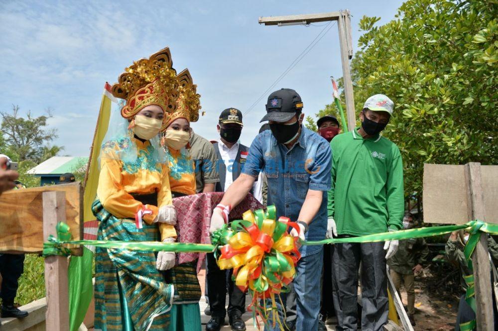 Gubri dan rombongan Saat Meresmikan Mangrove Education Centre Desa Pangkalan Jambi beberapa waktu lalu