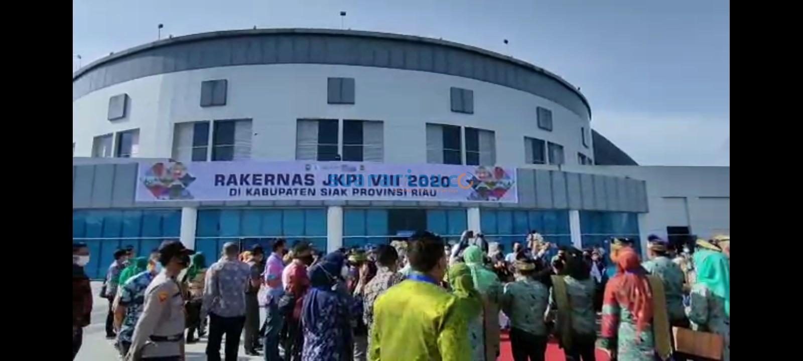 Suasana di pintu masuk gedung Daerah Sultan Syarif Kasim II Siak jelang pembukaan Rakernas JKPI 2020