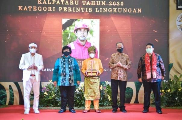 Sadikin foto bersama saat menerima Penghargaan Kalpataru dari Menteri KLHK RI Siti Nurbaya