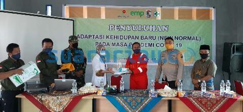 Act Area Manager EMP Bentu Ltd, Jony Ridas menyerahkan bantuan sarana penunjang  BLUD Pusekesmas Rawat Inap Langgam. (humasemp)