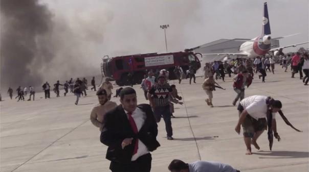 Orang-orang berlarian menyusul ledakan di bandara di Aden, Yaman, tak lama setelah sebuah pesawat yang membawa Kabinet yang baru dibentuk mendarat pada Rabu, 30 Desember 2020. Tak seorang pun di dalam pesawat pemerintah itu terluka, tetapi laporan awal menyebutkan beberapa orang di bandara itu. terbunuh.(FOTO/AP)