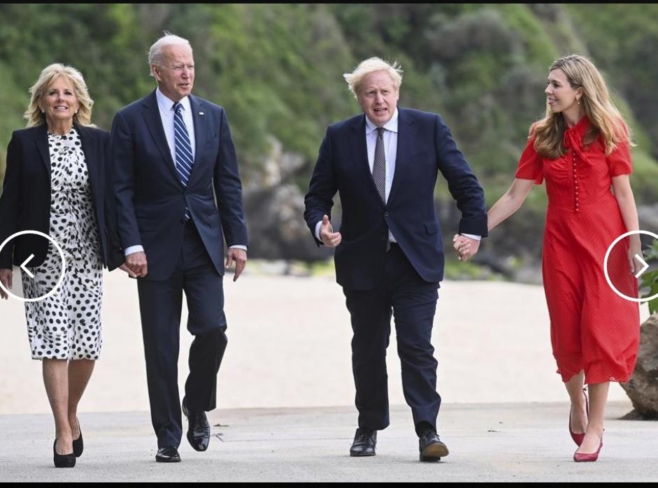 Perdana Menteri Inggris Boris Johnson, istrinya Carrie Johnson dan A.S. Presiden Joe Biden bersama ibu negara Jill Biden berjalan di luar Carbis Bay Hotel, Carbis Bay, Cornwall, Inggris, menjelang KTT G7, Kamis 10 Juni 2021. (Foto/ AP)