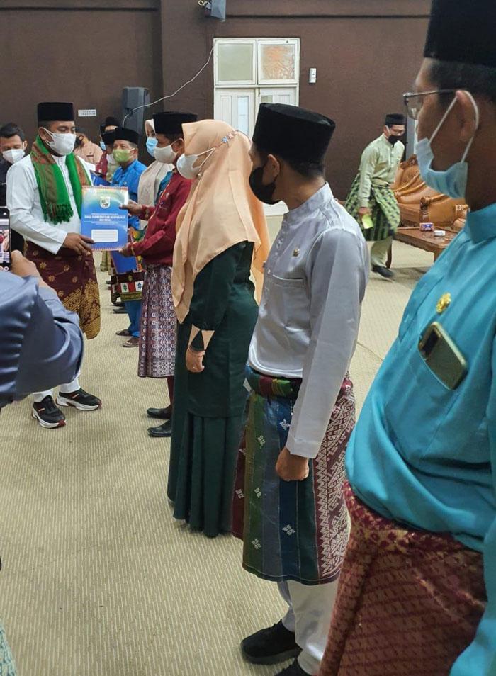 Bupati  Pelalawan H. Zukri Misran menyerahkan secara langsung SK pengangkatan Pejabat (PJ) Kepala Desa /ist
