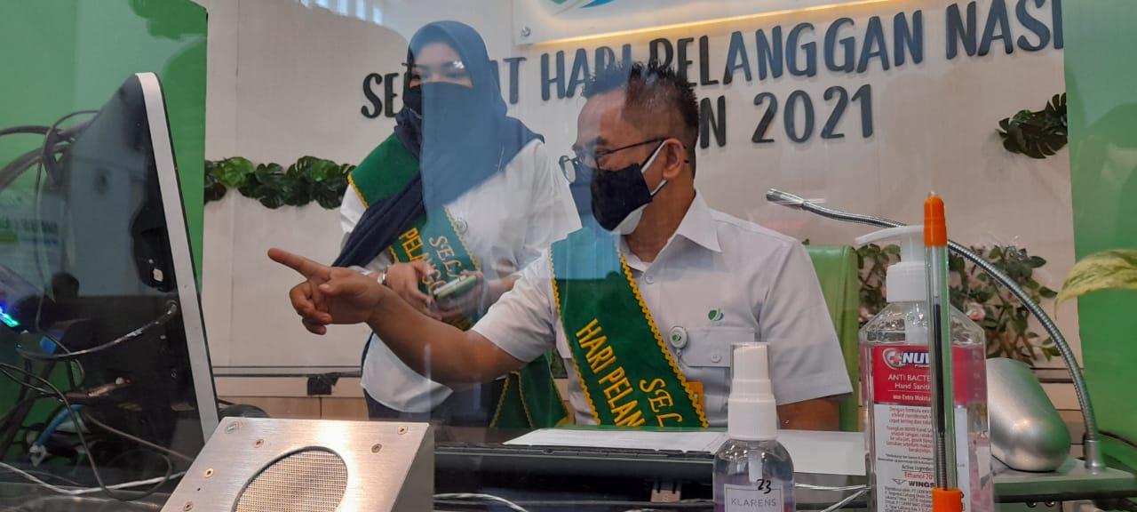 Anggota Dewan Pengawas BP Jamsostek, H Yayat Syariful Hidayat melakukan aksi layanan kepada pelanggan, sempena Hari Pelanggan Nasional di Kantor Cabang BPJS Ketenagakerjaan Pekanbaru Kota. (Foto: Ist)