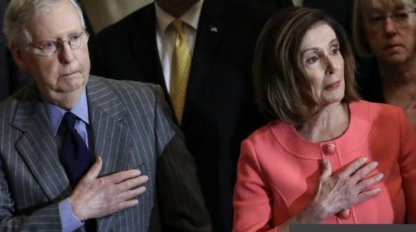 Mitch McConnell (kiri) dan Nancy Pelosi (kanan).Mitch McConnell dari Partai Republik adalah pemimpin mayoritas Senat, sedangkan Nancy Pelosi dari Partai Demokrat adalah Kettua DPR.(screehoot bbc)
