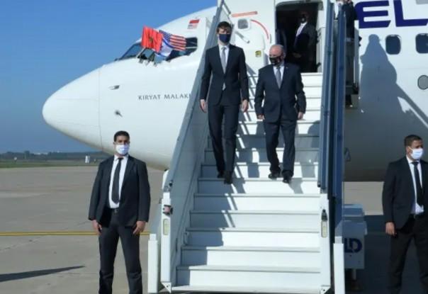 Penasihat senior Gedung Putih Jared Kushner (kiri) dan Penasihat Keamanan Nasional Israel Meir Ben-Shabbat terlihat di Rabat turun dari penerbangan El Al langsung pertama dari Israel ke Maroko pada 22 Desember 2020. (Foto: AMOS BEN-GERSHOM / GPO)