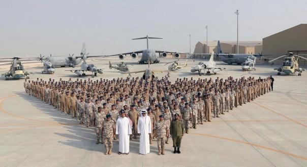 Pada Senin ini, 11 September 2017, foto yang dirilis Kantor Berita Qatar, QNA, Emir Qatar Sheikh Tamim bin Hamad Al Thani, tengah depan, berpose untuk foto dengan Emiri Air Force di Al-Udeid Air Base di Doha, Qatar. . Kunjungan Sheikh Tamim bin Hamad Al Thani ke Pangkalan Udara al-Udeid menunjukkan kelegaan yang tajam atas tindakan penyeimbangan yang rumit yang dihadapi AS dalam menangani krisis Qatar. (QNA melalui AP)