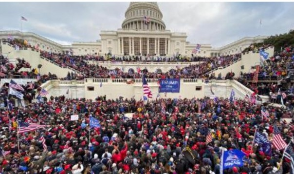 Massa Trump menyerbu gedung Capitol