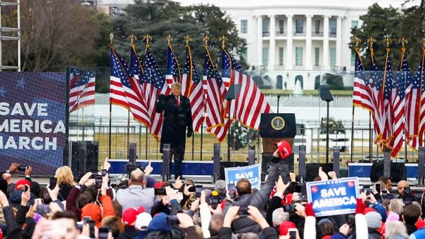 Presiden Donald Trump yang berbicara satu jam sebelum massanya menyerbu gedung Capitol.
