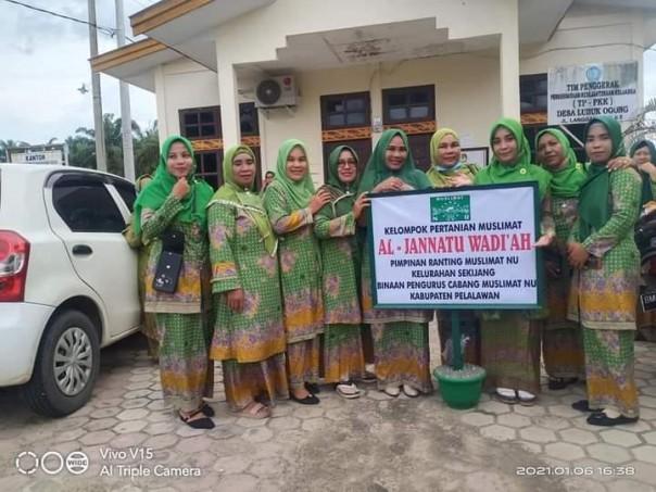 PC Muslimat NU Pelalawan Bagikan Tanaman Buah-buahan/sit