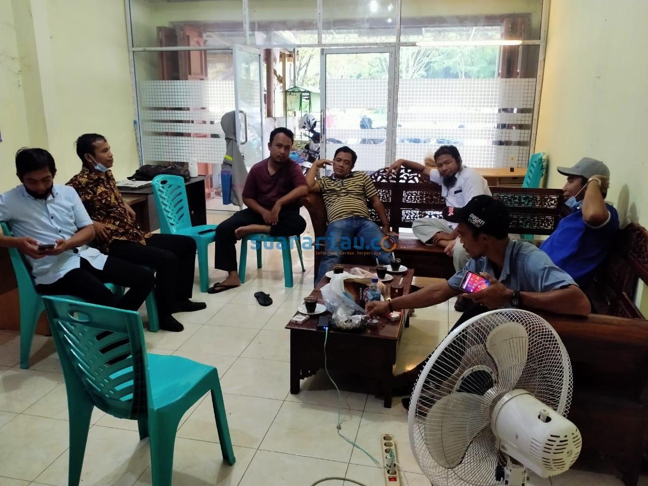 Peserta Seleksi Juru Tulis II Kampung Empang Baru didampingi Bapekam jumpa Pers di Kantor PWI Siak