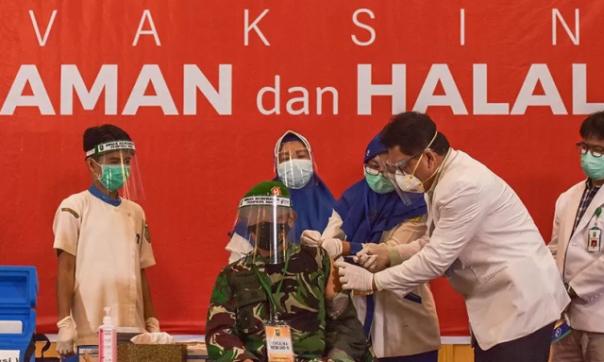 Danrem 031/Wira Bima, Brigadir Jenderal TNI M. Syech Ismed menjalani vaksinasi di RSUD Arifin Achmad. Danrem tercatat sebagai orang pertama yang disuntik vaksin Covid -19 di Kota Pekanbaru. Foto: antara
